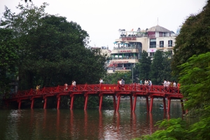 """Rote Brücke am See des """"Zurückgegebenen Schwertes"""""""