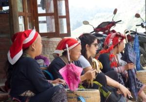 Frauen mit roten Kopftüchern vom Stamm der Dao
