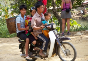 auch eine fünfköpfige Familie hat auf einem Scooter Platz