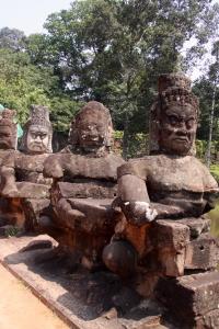 Steinerne Figuren säumen den Weg - Angkor Thom