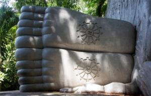 Füße des schlafenden Buddhas mit Sonnenzeichen