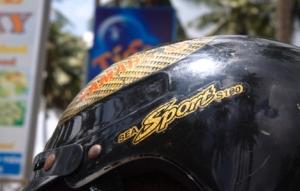 Helme mit bunten Aufdrucken gibt es gratis bei der Scooter Vermietung
