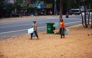 Kinder mit Plastikuntersetzen