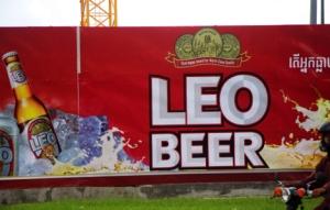 Reklamewände zieren die Mauern der vielen Baustellen in der Stadt