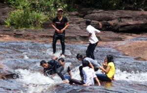 Phu Quoc - Jugendliche haben zusammen Spaß im Wildwasser