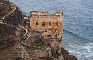 historische Ruine am Wegesrand mit Blick aufs Meer