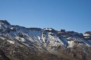 Schneereste auch auf den die Caldera umgebenden Bergen