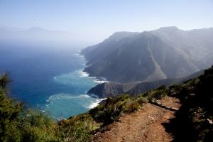 Blick von den Steilklippen über Vallehermoso auf den Teide, Teneriffa und in die Tiefe