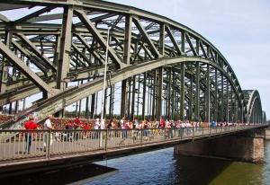 Pfingsten - Kölner Eisenbahnbrücke mit vielen menschen und Schlössern
