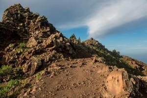 schmale Pfade führen über die Berge Richtung Küste