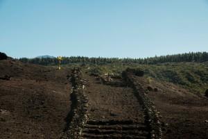 Wanderweg über dunkles Vulkangestein