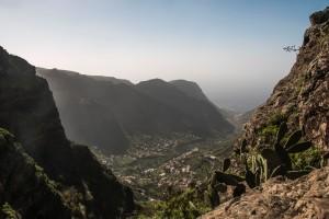 Blick auf das untere Tal mit Calimadunst