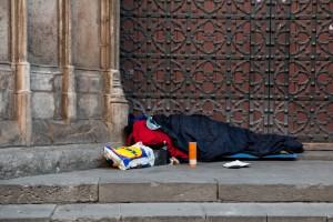 Gotisches Viertel - Obdachloser schläft vor einem Kirchenportal