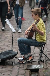 Junger Straßenmusikant