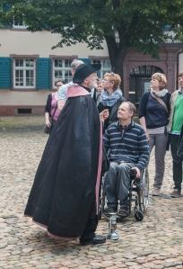 Historischer Nachtwächter führt Touristen durch Freiburg