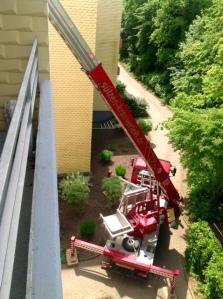 keine Rettungsaktion - Kran hebt Holz auf das Dach