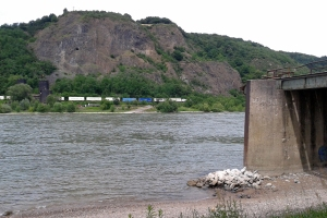 Blick von der Westseite auf die Reste der Brücke auf der Ostseite