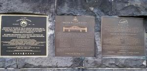 Gedenktafeln an den Mauerresten