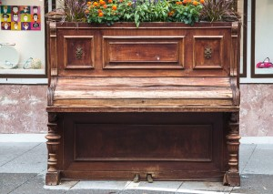 umfunktioniertes Klavier - kein Noten-, sondern ein Blumenständer