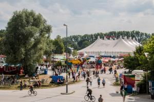 Festival Gelände mit großem Veranstaltungszelt