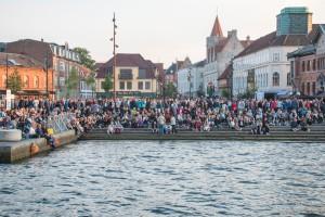 erste Zuschauer sammeln sich am Stadthafen