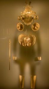 """Goldmuseum - das Schattenbild zeigt, wie das Gold an dem """"Tragendem"""" ausgesehen hat"""