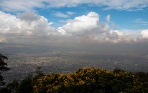 Blick aus der Höhe auf die große Stadt