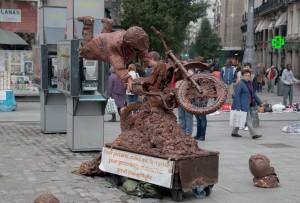 Aktionskünstler überall in der Stadt - gerne wird ein wenig Geld für ein Foto eingesammelt