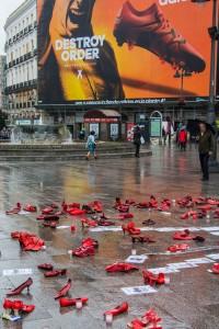 Aktion mit roten Schuhen - Erinnerung an vermisste Frauen