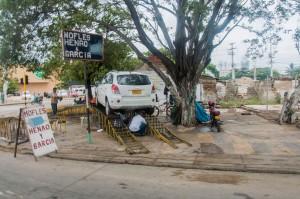 Cartagena - Autoreparatur auf der Straße
