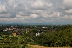 Blick über das weite grüne und häufig mit Wolken behangene Land