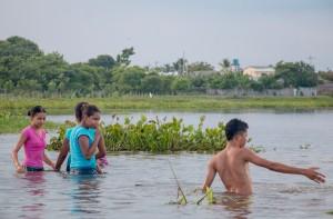 Mompox Bootstour - badende Kinder und Jugendliche