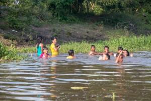Mompox Bootstour - badende Kinder