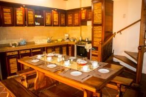 Mompox - Hotelküche und Esstisch