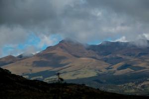 Fahrt von San Augustin nach Popayán auf einer Piste - ab und zu tauchen Bergketten aus den Wolken auf
