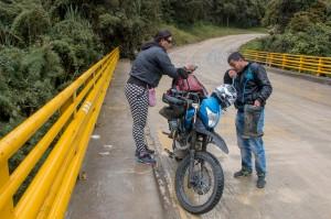 Fahrt von San Augustin nach Popayán auf einer Piste - Motorradfahrer auf einer Brücke