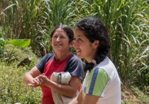 San Augustin - freundliche Kolumbianerinnen am Wegesrand wollen uns sogar zum Essen einladen