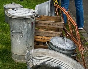 Zinkwanne und Mülltonne