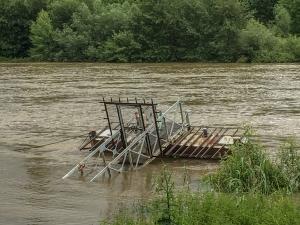 Bootssteg unter im Rheinwasser