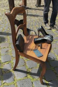 Kunst mit Schuhen und Handy