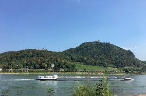 Lastkahn am Rhein vor dem Drachenfels